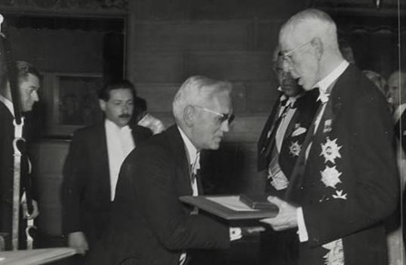 Facts about Alexander Fleming - Receiving award