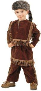A child who wear customary clothing of Crockett