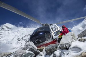 Helicopter helped the mountaineers who trapped on Everest